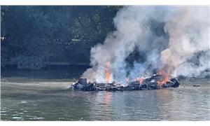 Thames Nehri'nde tekne yandı, yolcular nehre atlayarak kurtuldu