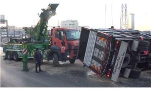 Kamyonet devrildi: D-100 Beylikdüzü istikâmetinde trafik sıkıştı