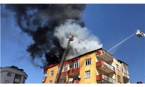 Esenyurt'ta 4 katlı binanın çatısında yangın çıktı
