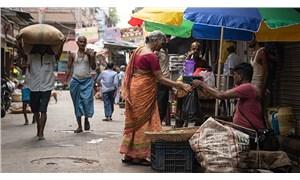 Hindistan'da diri diri gömülen bebek mezardan sağ çıkarıldı