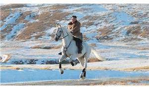 Kim Jong-un'dan at üstünde pozlar