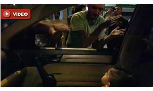 Lübnanlı eylemciler, gürültüden korkan çocuğa 'Baby Shark' şarkısını söyledi