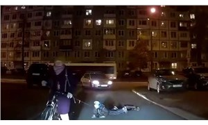Rusya'da çocuğunu bisikletine bağlayan anne tepki çekti