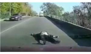 Hareket halindeki ambulanstan yola düştü