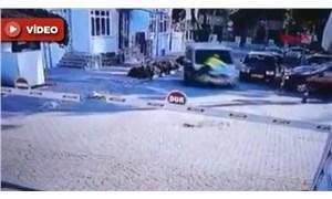 Trafik polisi, kaçan sürücüyü durdurmak için aracın kaputunda 2 km gitti