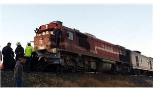 Elazığ'da tren otomobile çarptı: 2 ölü