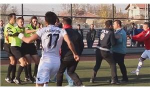 Kırmızı kart gören futbolcu hakeme saldırdı