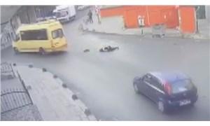 Lise öğrencisi kapısı açık şekilde hareket eden minibüsten düştü