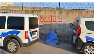 'Ölüü' yazan duvarın önünde bir kişi ölü bulundu