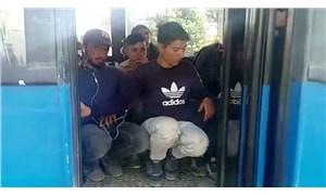 Daha fazla yolcu alabilmek için minibüsün koltuklarını söküp yolcuları tabureyle taşıdılar