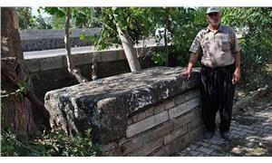 35 yıldır musalla taşı olarak kullandıkları taş, Roma'dan kalma lahit kapağı çıktı