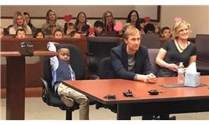 5 yaşındaki bir çocuk evlat edinme duruşmasına sınıf arkadaşları ile katıldı