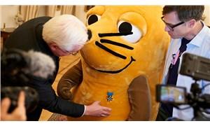 Almanya Cumhurbaşkanı Steinmeier, fareye liyakat nişanı taktı