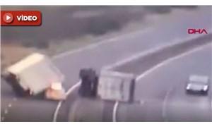 Devrilen kamyona müdahale eden polislerin aracına kamyon devrildi