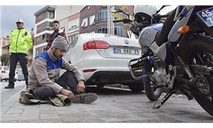 Ehliyetsiz sürücü ceza yazılan yerde oturma eylemi yaptı