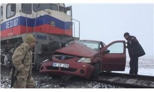 Kars'ta tren otomobile çarptı: 3 ölü