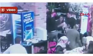 Bebek sandalyesine çarpan garsona saldırdılar