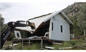 Akbük Koyu'nda kaçak yapıların yıkımı yeniden başladı