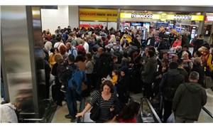 Sabiha Gökçen Havalimanı'nda yolculardan ıslıklı protesto