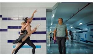 Tramvay istasyonunda dans eden balerinleri 'çıplak insanlar var' diyerek polise ihbar ettiler