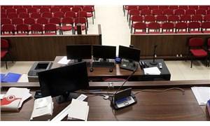 Ayağa kalkmayan avukatı salonda çıkaran hakim davadan çekildi