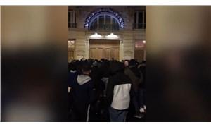 Protestocular Macron'un içinde bulunduğu binanın etrafını sardı
