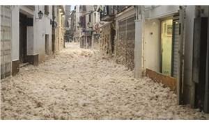 İspanya'da sahil kentini köpük bastı