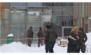 Van'da biriken kar nedeniyle hastane girişindeki çatı çöktü