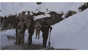 Depremzedelere yardım götüren konvoy çığda mahsur kaldı