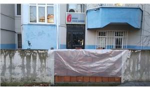 Makam aracı haczedilen belediye başkanı, vergi dairesinin önüne duvar ördürdü