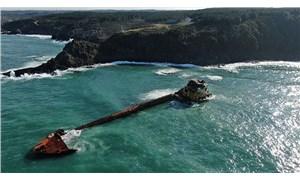 1 yıl önce karaya oturan gemi dalgalara teslim edildi
