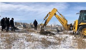 Kars'ta toprak dondu, iş makinesi ile mezar kazıldı