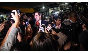 Venezuela'ya dönen Guaido'ya 'vatan haini' diyerek su attılar