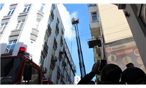 Beyoğlu'nda iş hanının çatısında yangın
