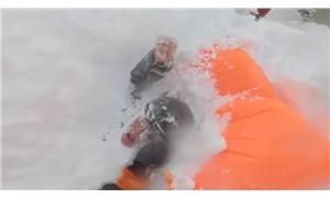 Çığ altında kalan kayakçıların kurtarılma anı kamerada