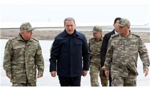 Hulusi Akar ve komutanlar Suriye sınırında