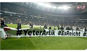 Beşiktaş-Trabzonspor karşılaşmasında oyuncular sahaya ırkçılık karşıtı pankartla çıktı