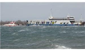 Çanakkale'de feribot fırtına nedeniyle karaya oturdu