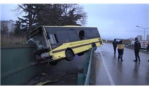 Bursa'da belediye otobüsü yoldan çıktı, köprüde asılı kaldı