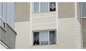 Koronavirüs nedeniyle evden çıkamayan komşular camlarda toplanıp gün yaptı