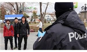 Erzurum'da polisler, 3 kişi yan yana yürüyenleri uyarıyor