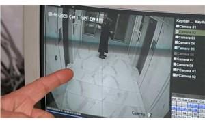 Apartmanın merdiven korkuluklarına sıvı süren kadın endişe yarattı