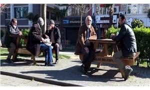 Parkta oturma tutkusu: Polis uzaklaştırıyor, onlar yine geliyor