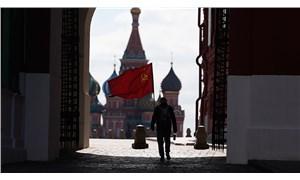 Kızıl Meydan'da orak çekiçli bayrakla tek başına