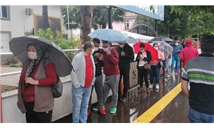 Antalya'da, yağmur altında sosyal mesafesiz 'maaş kuyruğu'