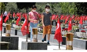 Somalı çocuklar izin günlerinde babalarının mezarlarına gitti