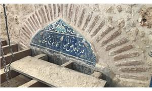 Cami restorasyonunda sıvayla kapatılan bölümlerin altından altın işlemeler çıktı