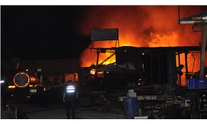 Antalya'da hurda deposunda yangın: 2 işçi dumandan etkilendi