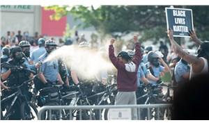 George Floyd'un öldürülmesini protesto edenlere polisten biber gazlı saldırı