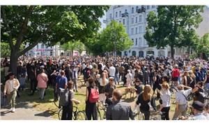 Berlin ABD'deki ırkçı polis şiddetine karşı sokakta